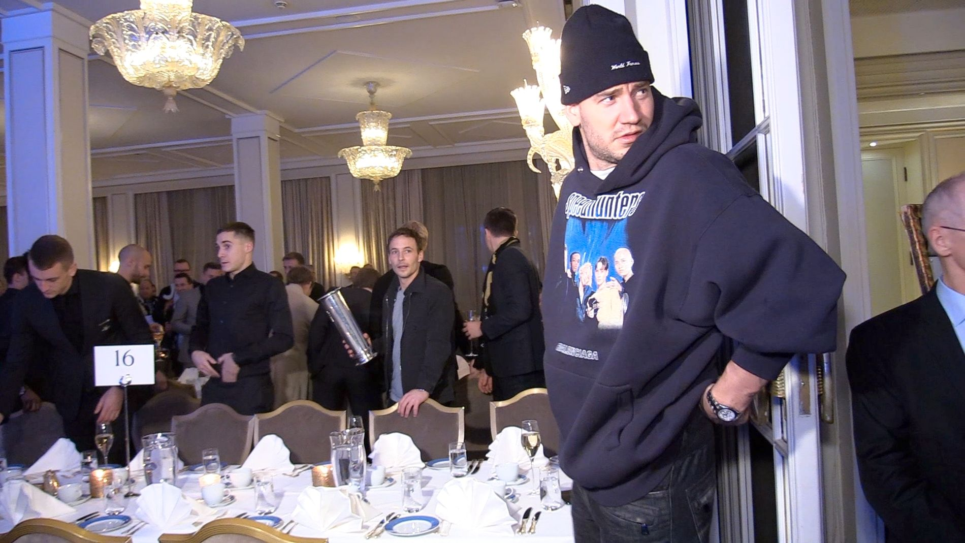 CASUAL: Nicklas Bendtner var kledd i hettegenser og lue da han ankom Rosenborgs bankett på Grand Hotel sammen med lagkameratene.