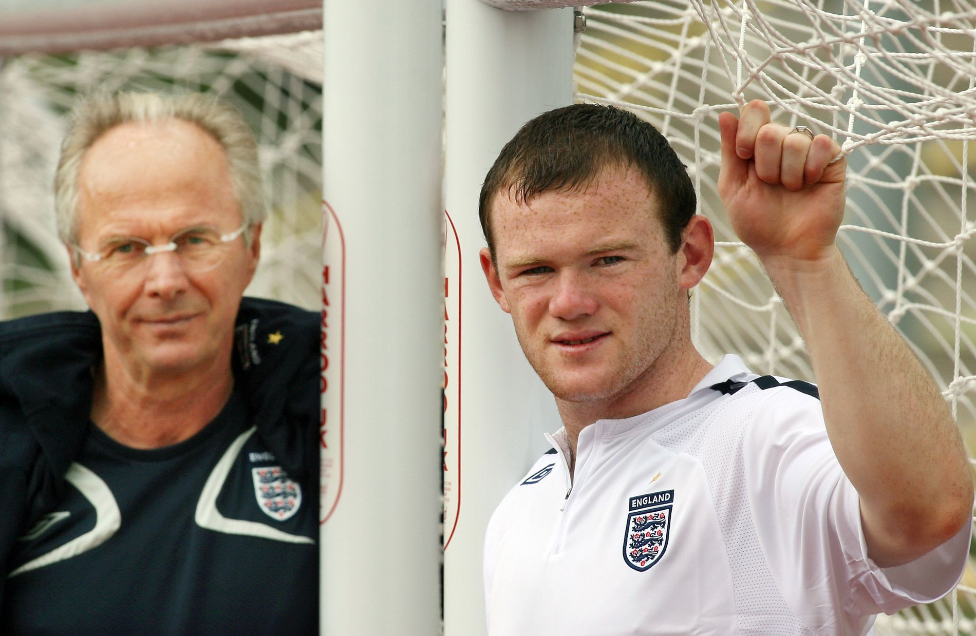 GAMLE VENNER: Englands daværende landslagstrener, svenske Sven-Göran Eriksson, sammen med Wayne Rooney (til høyre) i Tyskland for litt over 10 år siden. Nå vil Eriksson at Uniteds kaptein flytter til Kina.
