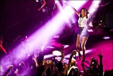 PÅ SCENEN: På 777-turen holdt Rihanna konserter på små, intime scener. Foto: Amund Bakke Foss