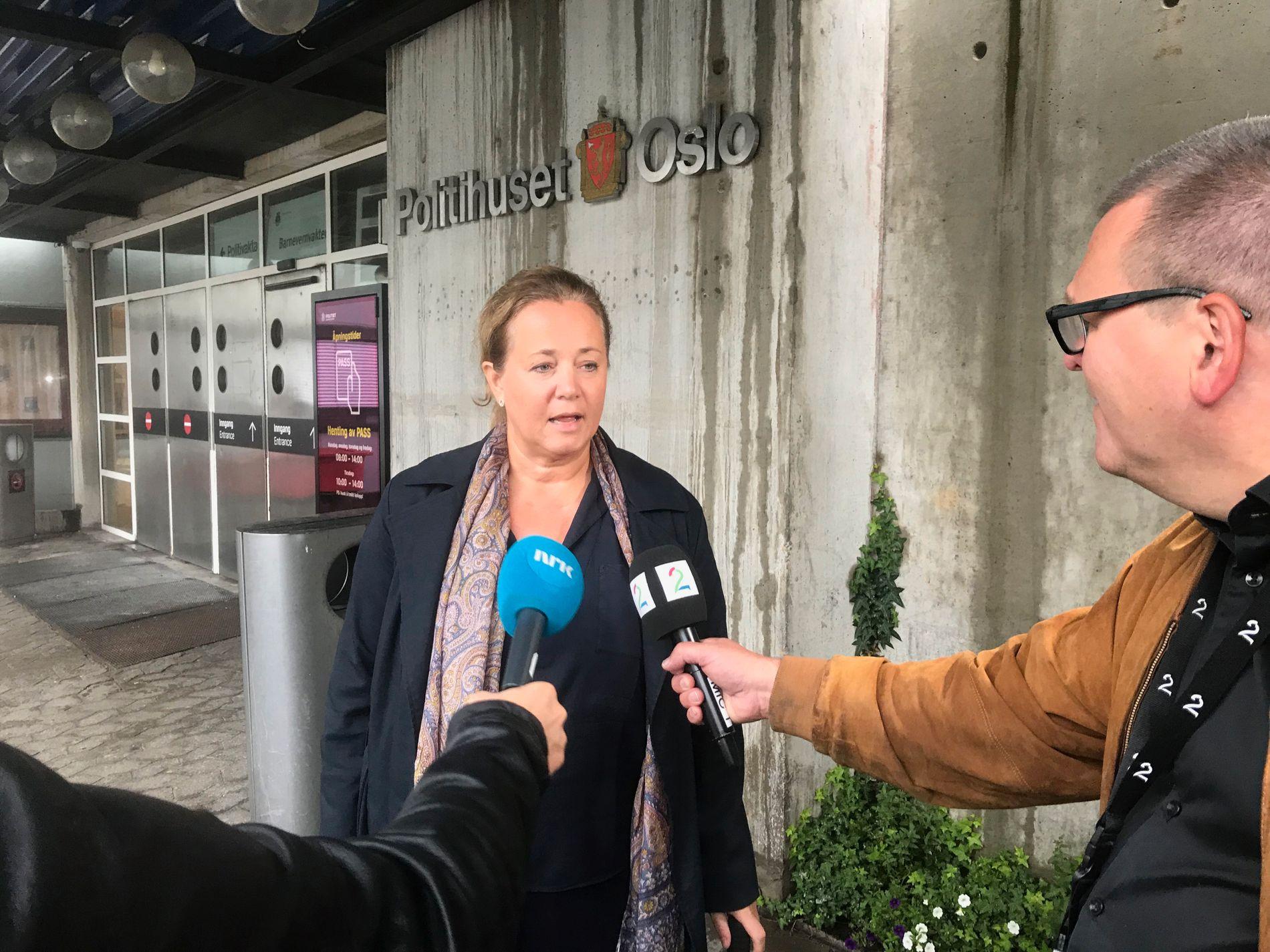 FERDIG I AVHØR: Philip Manshaus' forsvarer Unni Fries utenfor politihuset i Oslo etter at avhøret ble avsluttet lørdag.