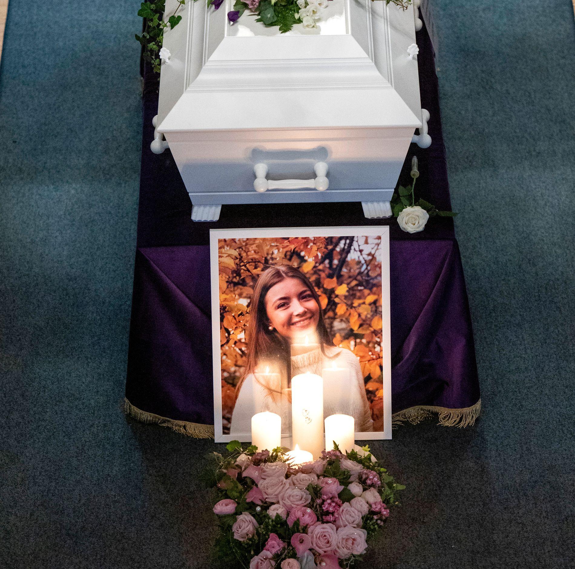 BEGRAVELSEN: En fullsatt Sødorp kirke på Vinstra tok farvel med 16 år gamle Laura Iris Haugen.