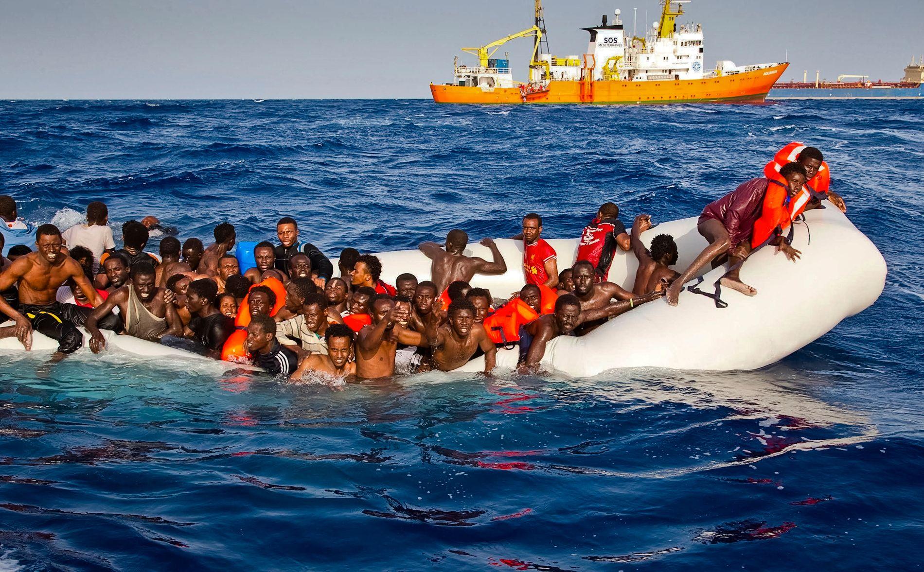 SANK: Denne gebrekkelige gummibåten, som opprinnelig skal ha båret 160 migranter, var i ferd med å synke da redningsskipet «Aquarius» kom til unnsetning.