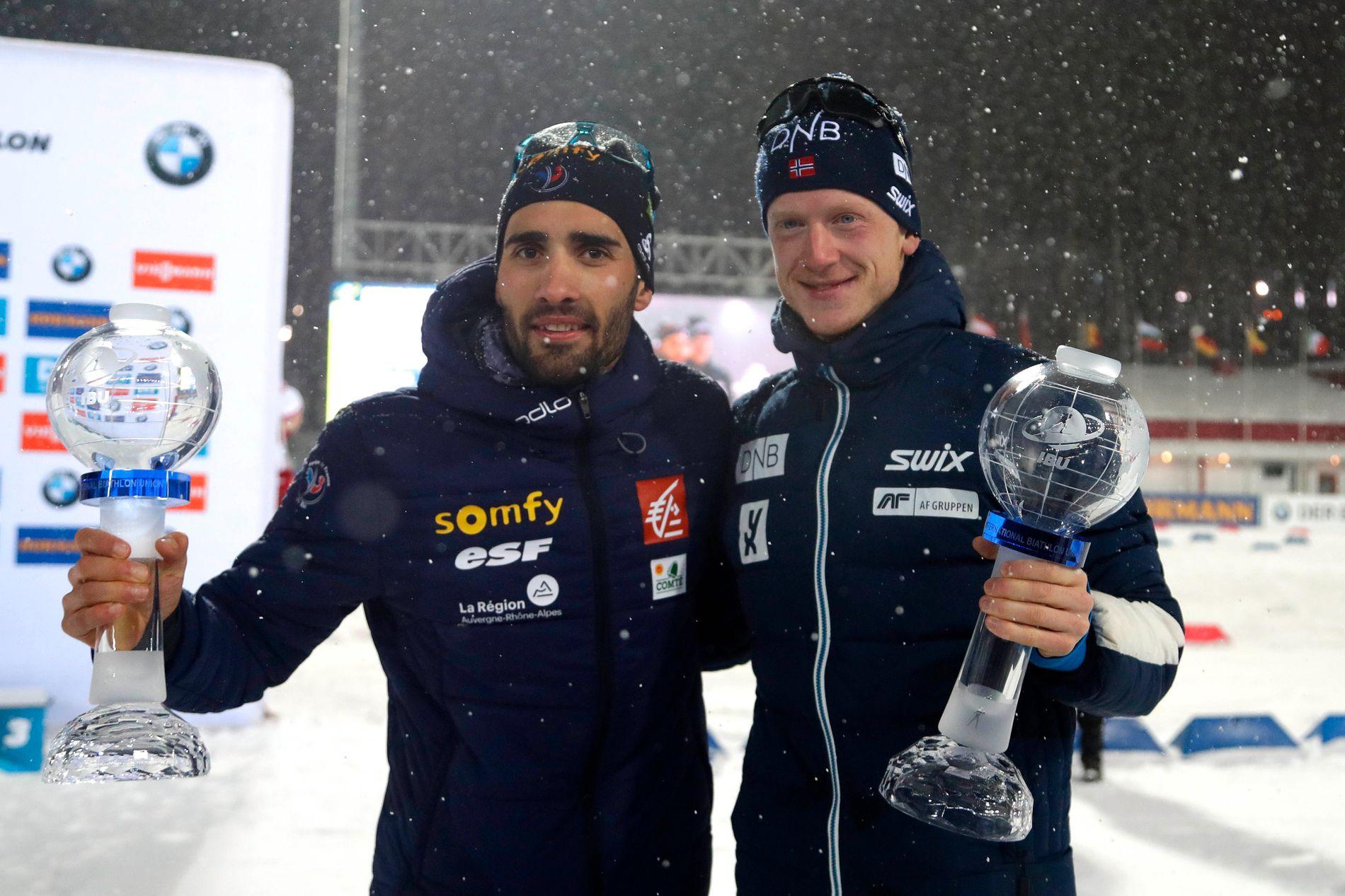 VALGTE Å GÅ I RUSSLAND: Martin Fourcade (t.v.) og Johannes Thingnes Bø knivet om sammenlagtseieren i verdenscupen og valgte å gå i Tymen. De fikk hvert sitt trofé etter delt seier i sprintcupen.