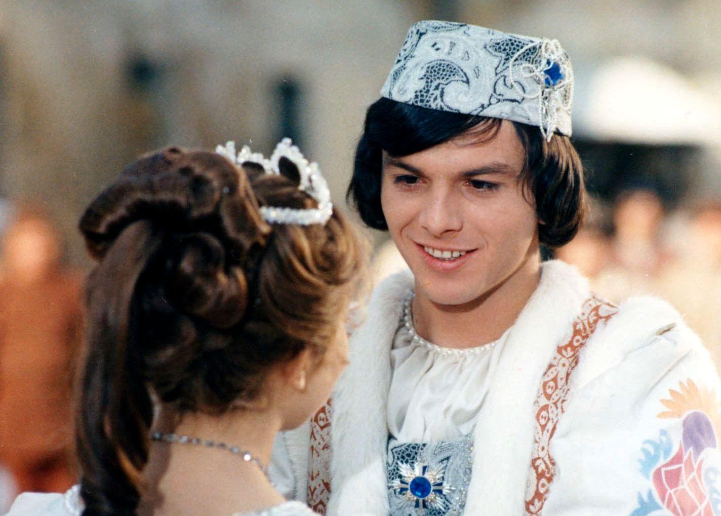 JULEKLASSIKER: Pavel Trávnicek som prinsen og  Libuse Safránková som Popelka i «Tre nøtter til Askepott».
