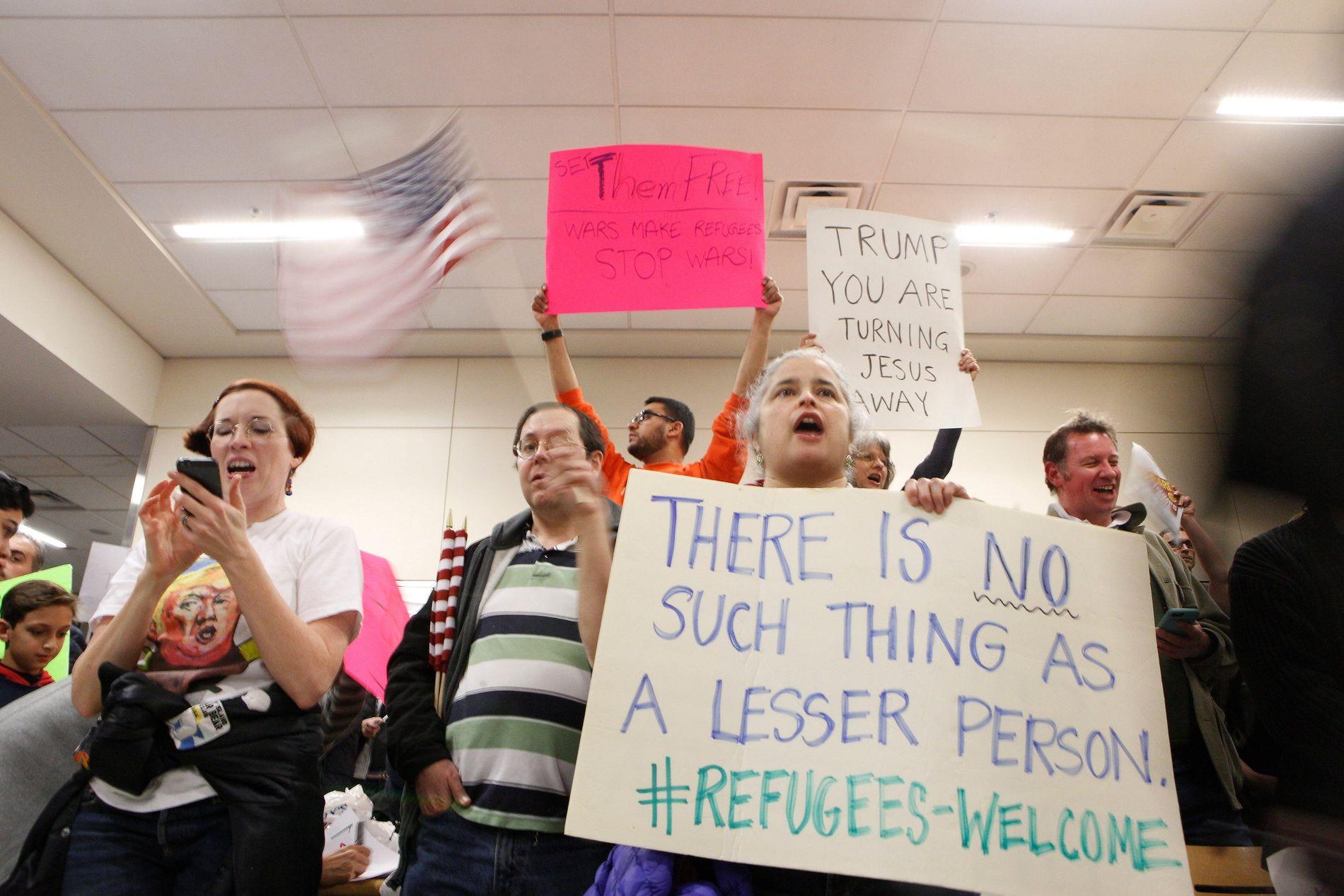 UENIGE MED TRUMP: Demonstranter samlet seg på Dallas-Fort Worth internasjonale flyplass lørdag, for å protestere mot Donald Trumps innreiseforbud.