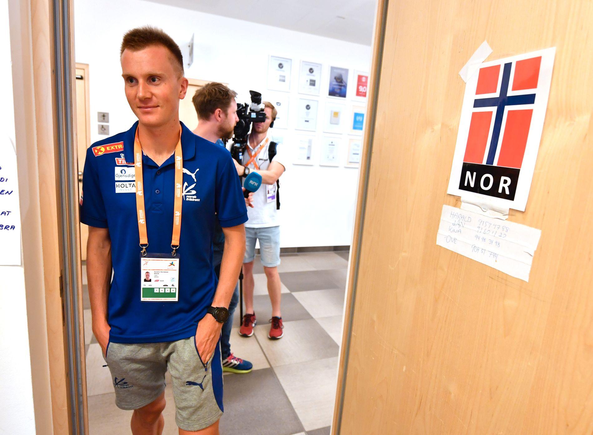 IKKE HELT KLAR: Sondre Nordstad Moen (27) er Europas raskeste mann på maraton. Men han er ikke sikker på om han vil fullføre distansen på EMs siste dag, søndag. Her under et pressetreff på utøverhotellet i Berlin lørdag.