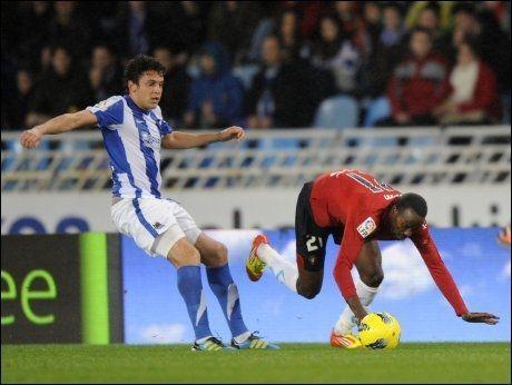 SEIRET: Gorka Elustondo (t.v.) scoret ett av målene da Real Sociedad feide over Sporting Gijon søndag. Foto: AFP