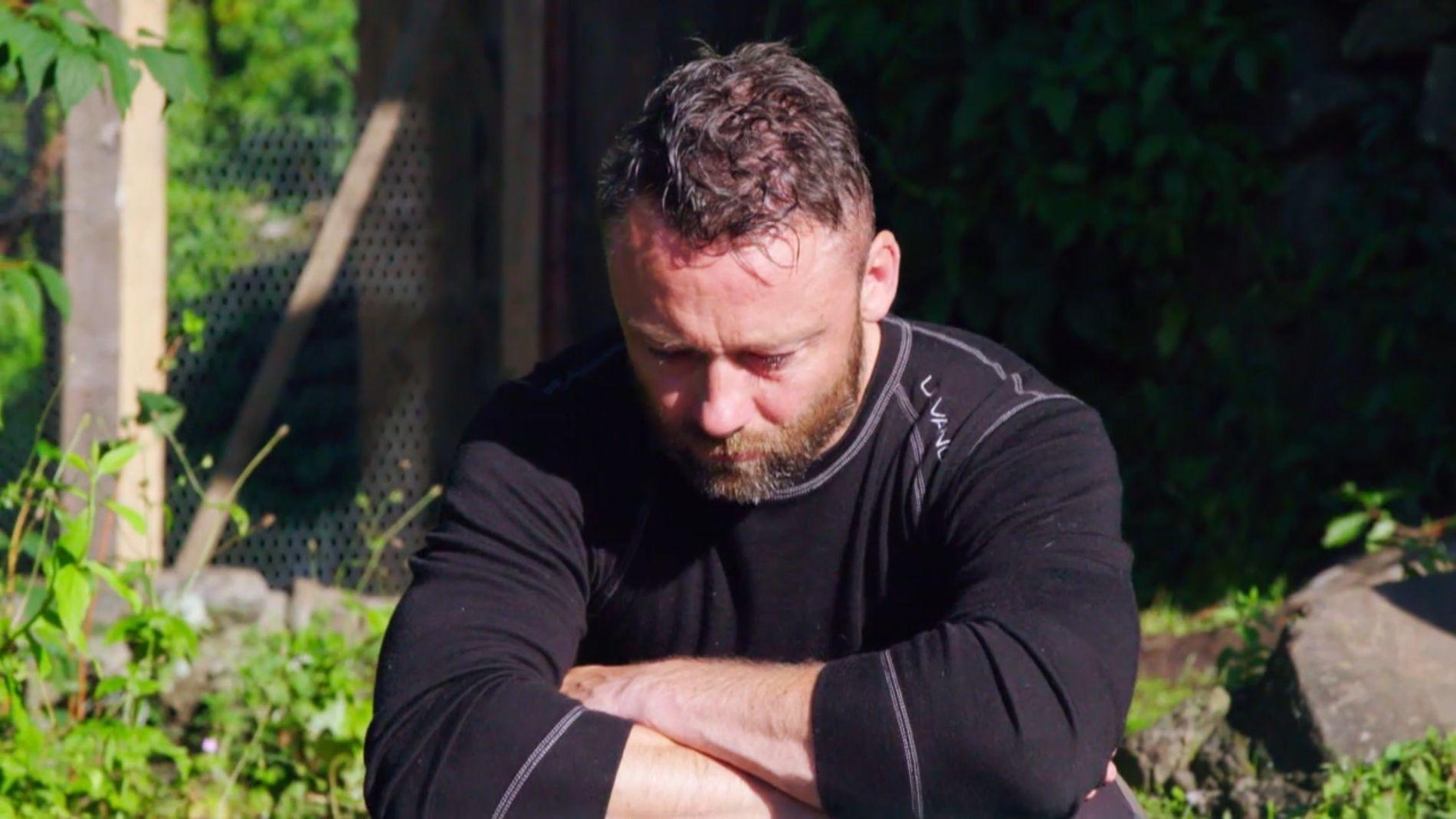 TÅREVÅTT: Tom Evensen gråter når Thale reiser.