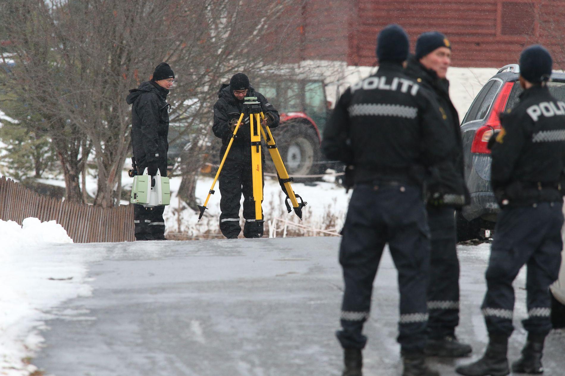 DREPT PÅ VINSTRA: Laura Iris Haugen ble drept like ved sitt eget hjem på Vinstra. Her er politiets etterforskere på stedet i november i fjor.