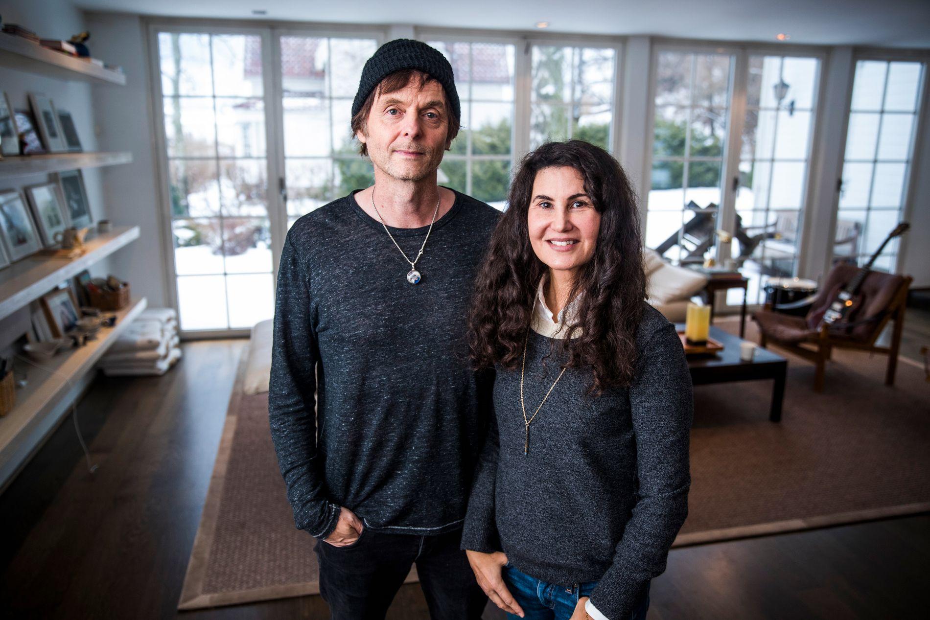 HJEMME MED BANDET: Paul Waaktaar-Savoy og kona Lauren hjemme på Vinderen. Til vanlig bor de i Brooklyn i New York.