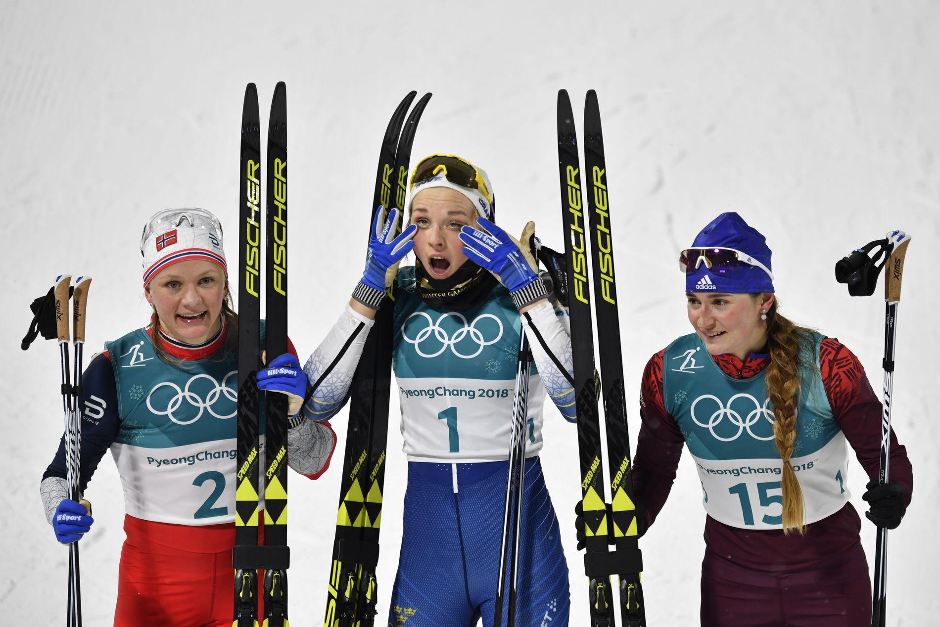 SVENSKEN I MIDTEN: På poseringen etter sprinten hadde Stina Nilsson posisjonen Maiken Caspersen Falla gjerne ville hatt. Julia Berolukova tok bronsen.