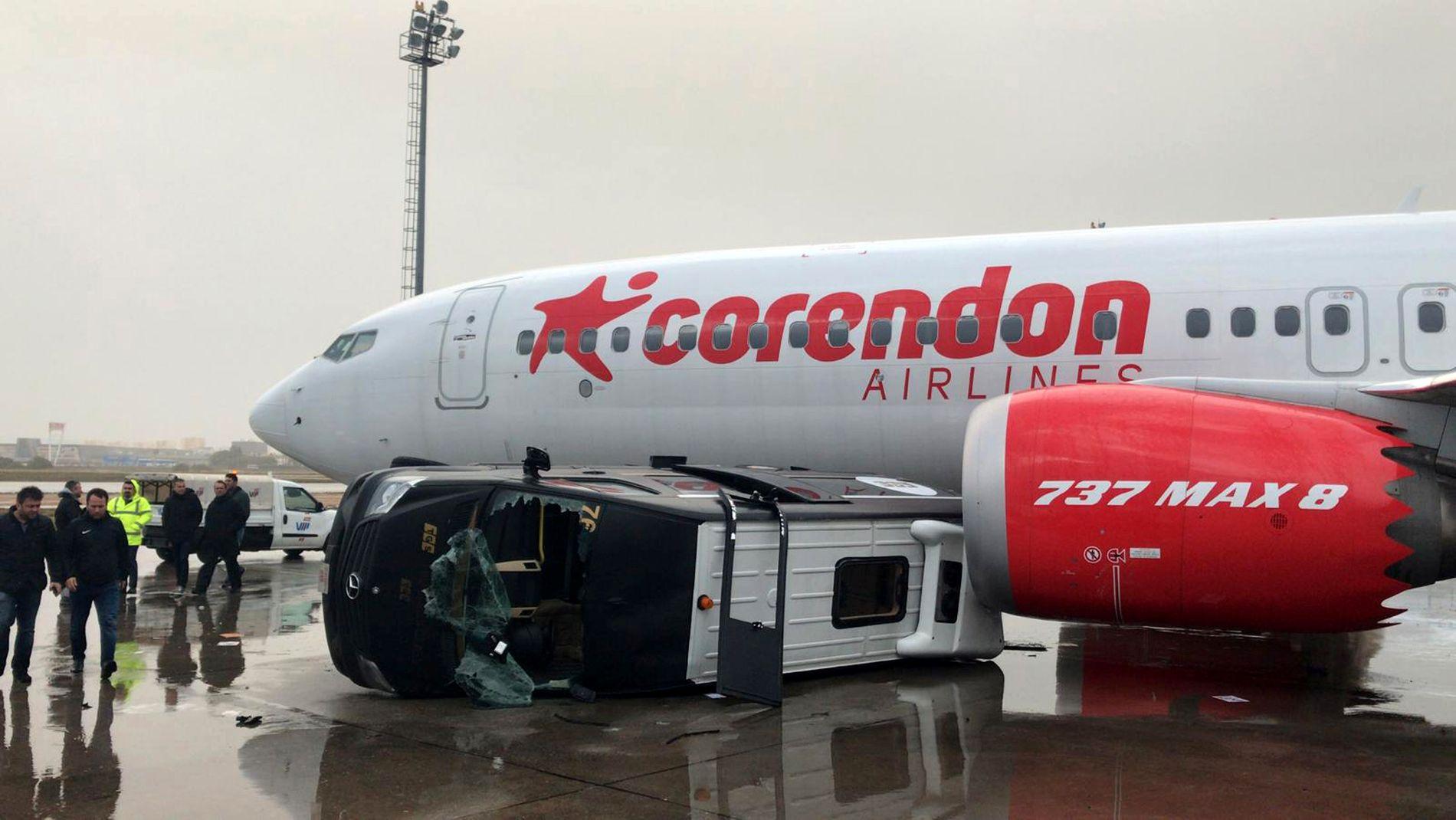 TATT AV TORNADO: Den solide minibussen ble feid av gårde av den voldsomme vinden og stanset først i et passasjerfly på Antalya-flyplassen.