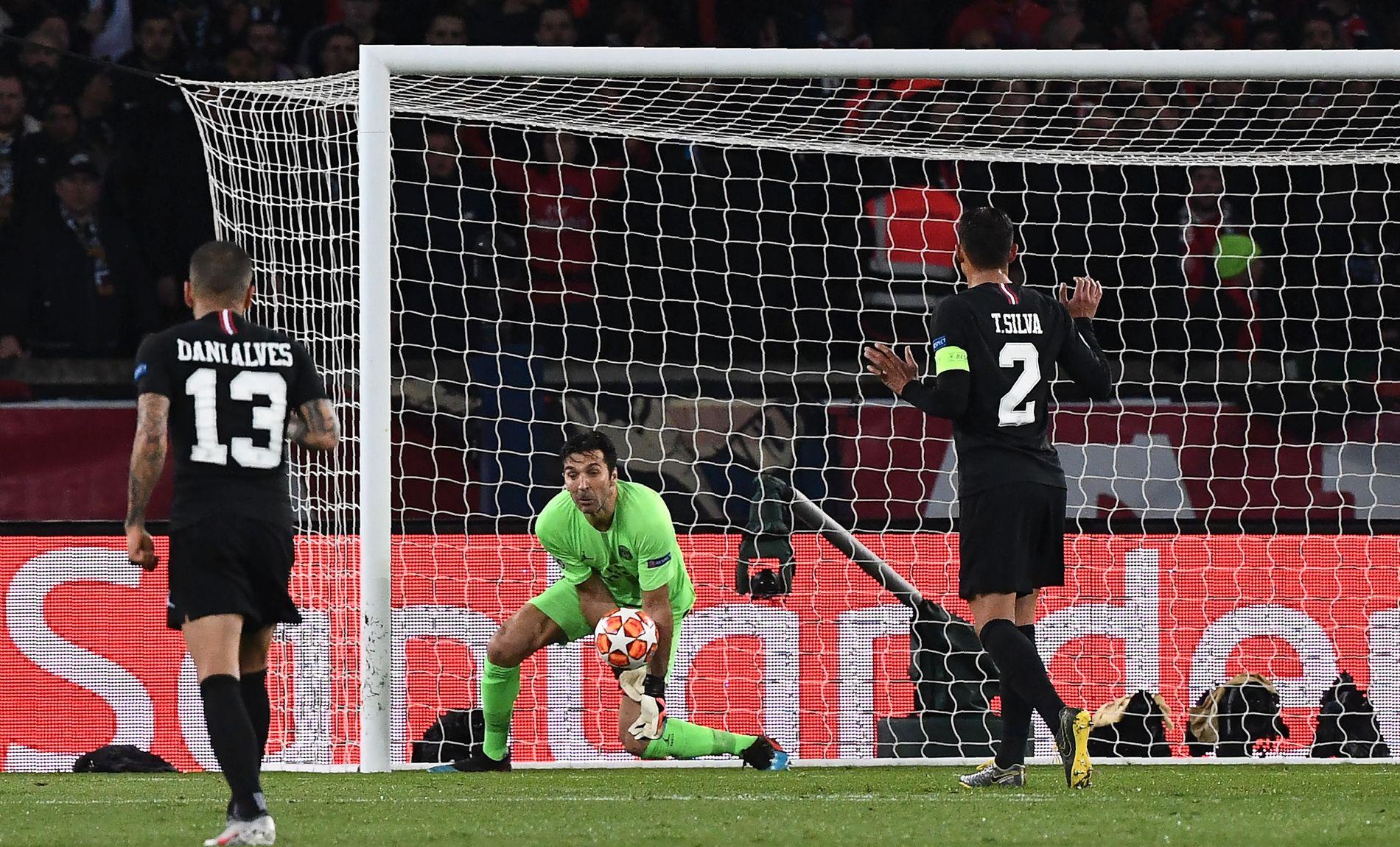 TABBE: Gianluigi Buffon gir en klønete retur etter et Marcus Rashford-skudd. Romelu Lukaku utnyttet det og scoret 2–1-målet.