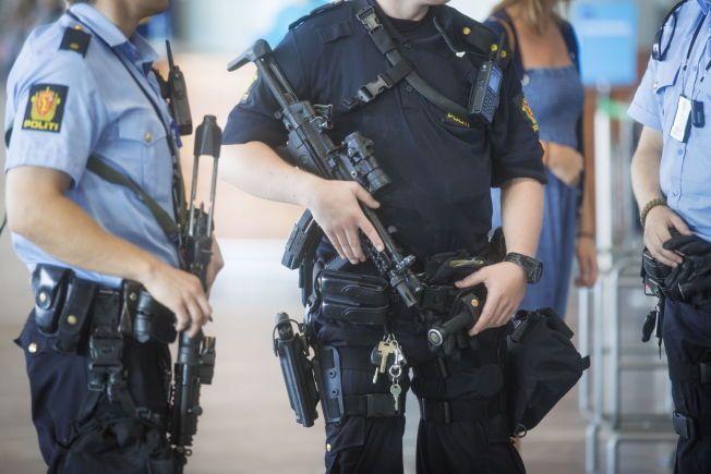 HOLDER KRUTTET TØRT: Tungt bevæpnet politi voktet Gardermoen etter at PST advarte om et mulig terroranslag mot Norge i fjor sommer.