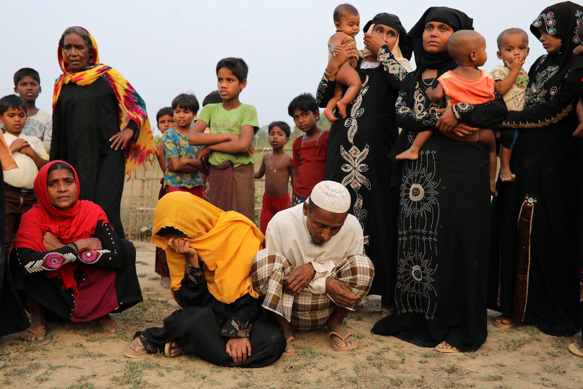 KNUST: Familiene til de ti mennene er samlet i flyktningleieren i Bangladesh. De er sønderknuste av sorg.