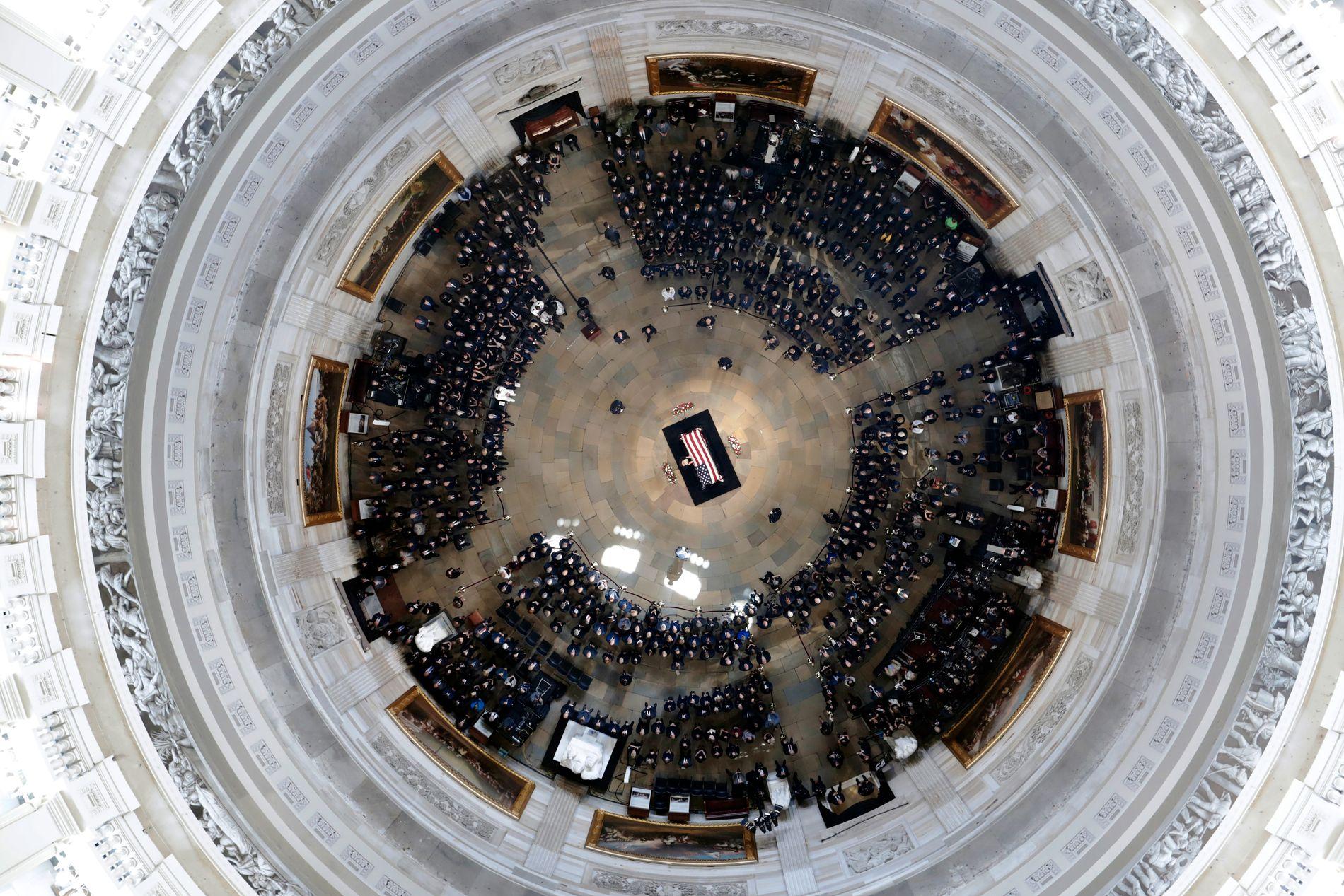 Cindy McCain, konen til John McCain står over kisten til sin avdøde mann.