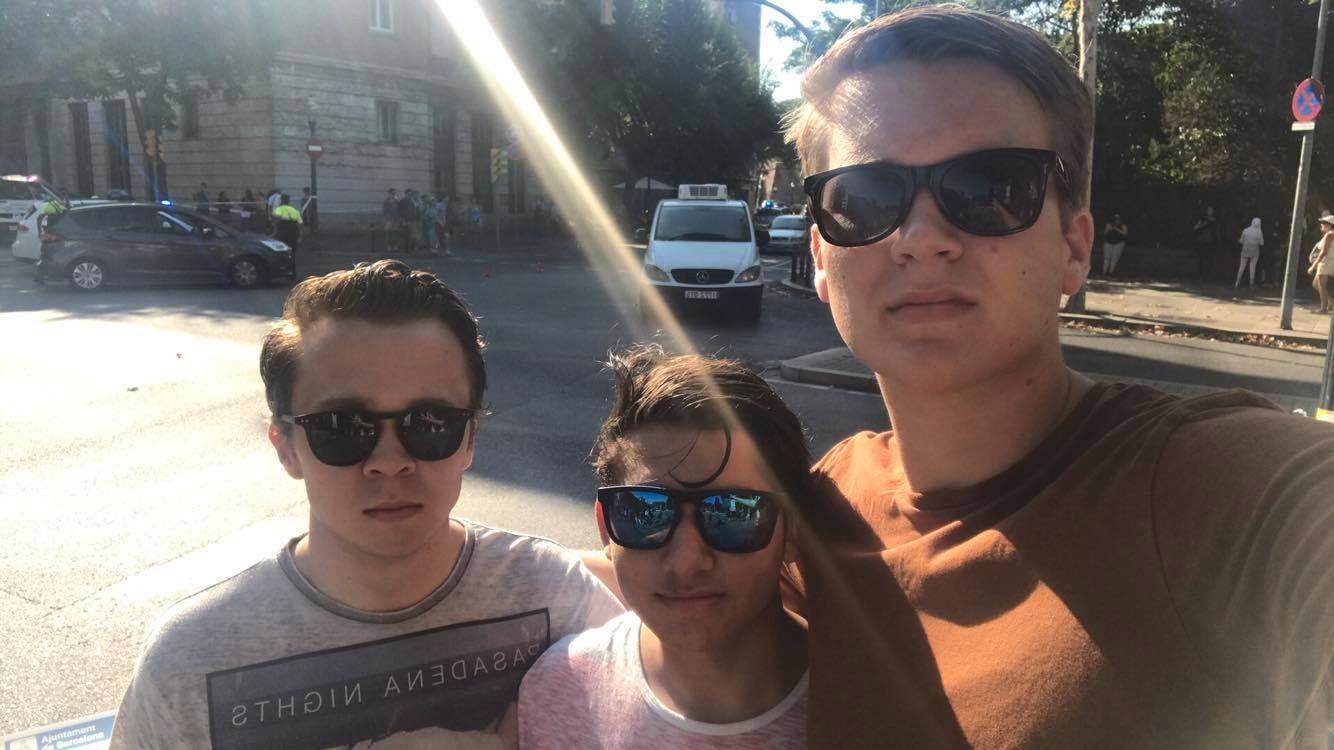 KAOS: Ole Henrik Johansen (20), Vetle Olafsen (19) og Henrik Hem (19) ble møtt av kaos og løpende folkemengder i Barcelona. De beskriver stemningen som veldig anspent.