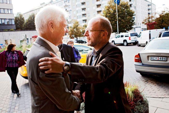 MØTTES I 2010: Arne Treholt (t.v) og Geir Selvik Malthe-Sørenssen, møtes utenfor SVTs lokaler i Stockholm i 2010, etter utgivelsen av Malthe-Sørenssens bok «Forfalskningen». Boken markerte en drastisk omdreining i Treholt-saken.