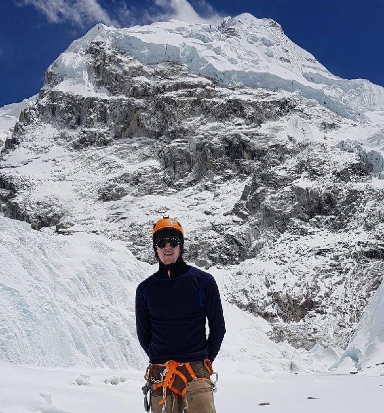 PÅ VEI OPP: Ole Hovstad ble den yngste nordmannen til å bestige verdens høyeste fjell. Her er han på vei opp, med Mount Everest i bakgrunnen.