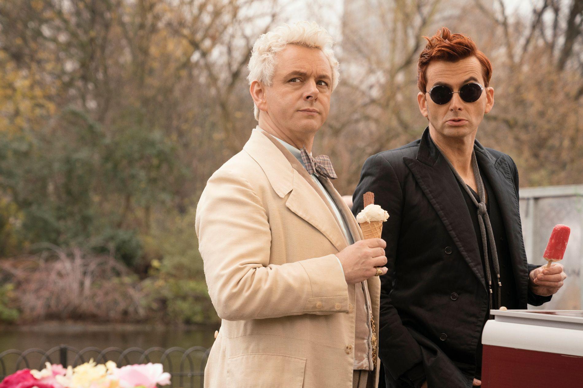 LYSE SIDER: Aziraphale(Michael Sheen) og Crowley (David Tennant) tok ut nesten hele lønna i det universelle knapphetsgodet iskrem.