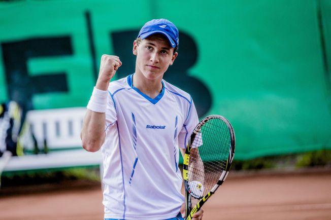 HISTORISK: Casper Ruud (16) jubler og titter opp mot pappa Christian og mamma Lele etter den avgjørende ballen i NM-finalen i tennis mot Øystein Steiro.