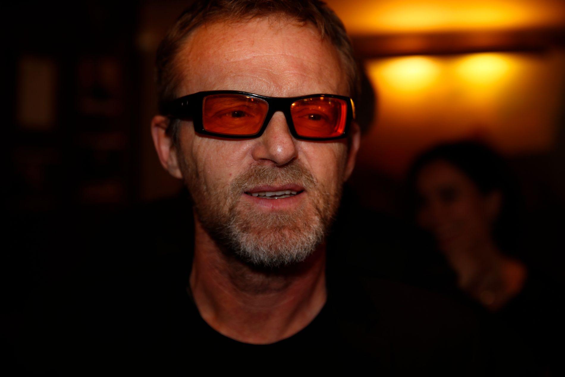 I KJENT STIL: Jo Nesbø bruker ikke Bono-briller på grunn av forfengelighet, men fordi han lider av en kronisk øyebetennelse som gjør at han må bruke farget glass.