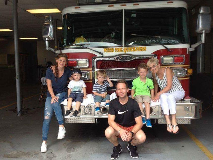 BEHANDLING I USA: På dette bildet er Tobias, tvillingbror Oliver, storebror Theo, mamma Hilde Marie Svenningsen og pappa Frank-Einar Gundersen i Florida og besøker en brannstasjon.