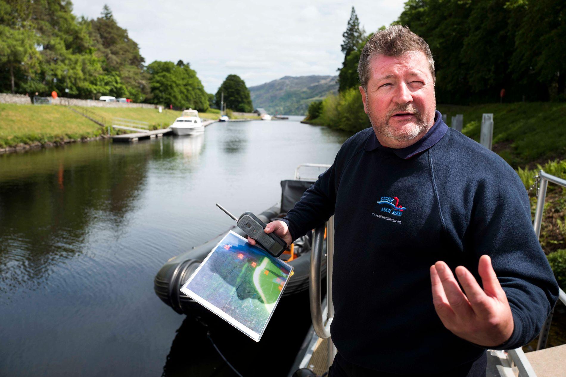 SJEKKER LOCH NESS: Iain Mackinnan (52) viser frem bildet hans kollega tok av ekkoloddet som skal vise luftlommer i havet som er mye større enn vanlige fisker. Foto: FREDRIK SOLSTAD, VG