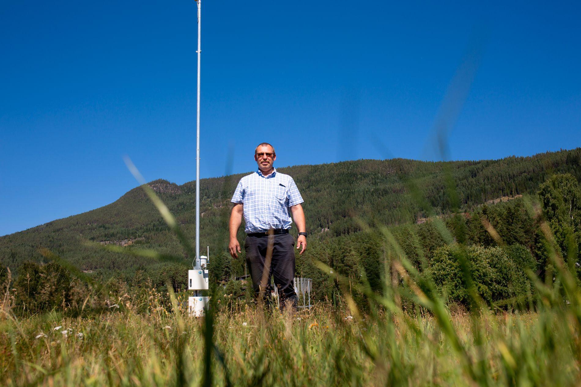 VÆRENTUSIAST: Nils Gudbrandsplass har rigget til en egen temperaturmåler i hagen. Her er han foran målestasjonen Todokk i Nesbyen - som vil avgjøre om den nesten 40 år gamle temperaturrekorden vil stå ved.