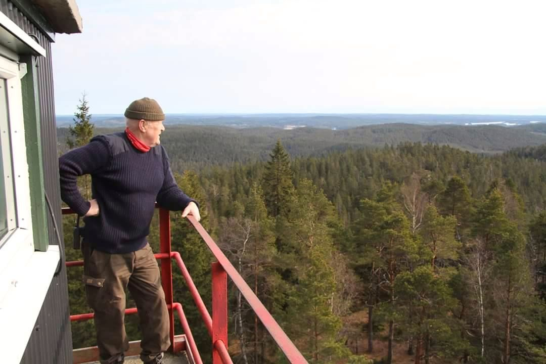 SPEIDER ETTER FLAMMER: På Nord-Europas eneste brannvakttårn, Linnekleppen, har de holdt øye med Østfolds skoger i over 100 år. Her er Per Evensen avbildet på vakt i 2016.