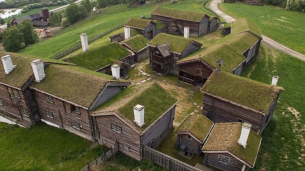 STOR EIENDOM: Sandbu gård i Våga, som også går under navnet Sandbu riddergård, regnes som et av de mest intakte tunene fra 1700-tallet i Gudbrandsdalen. Gården består av 20 hus organisert som inntun og uttun. Bygningene på gården har et bruttoareal på 562 kvadratmeter. Gårdens historie skriver seg helt tilbake til 1177.
