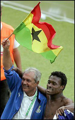 SUKSESSTRENER: Ghana-trener Ratomir Dujkovic feirer med Ghanas flaggsammen med spiller Derek Boateng som til daglig er i svenske AIK. Foto: EPA