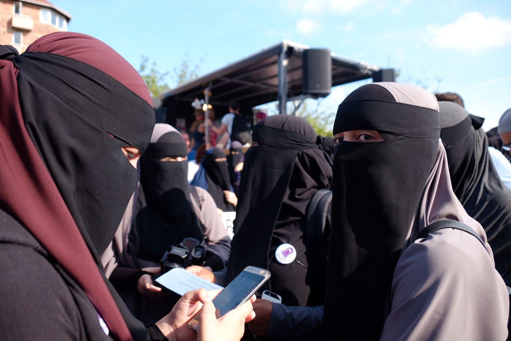NIKABFORBUD: Det er nå forbudt med heldekkende plagg som nikab og burka på offentlig sted i Danmark. Onsdag ettermiddag var det demonstrasjon mot forbudet i København.