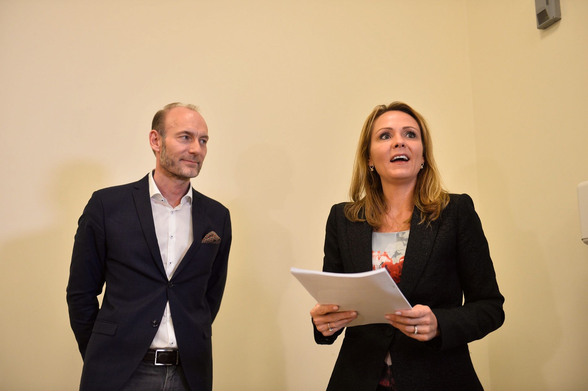 OVERLEVERTE RAPPORT: Knut Olav Åmås, leder av Mediemangfoldsutvalget, overleverte sin rapport til kulturminister Linda Hofstad Helleland (H) tirsdag formiddag.