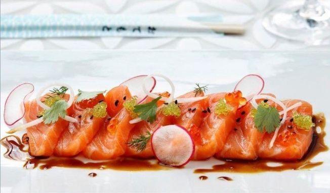 LETTLAGET SNADDER: Sashimi av laks med reddik og ponzusaus lager du enkelt selv.