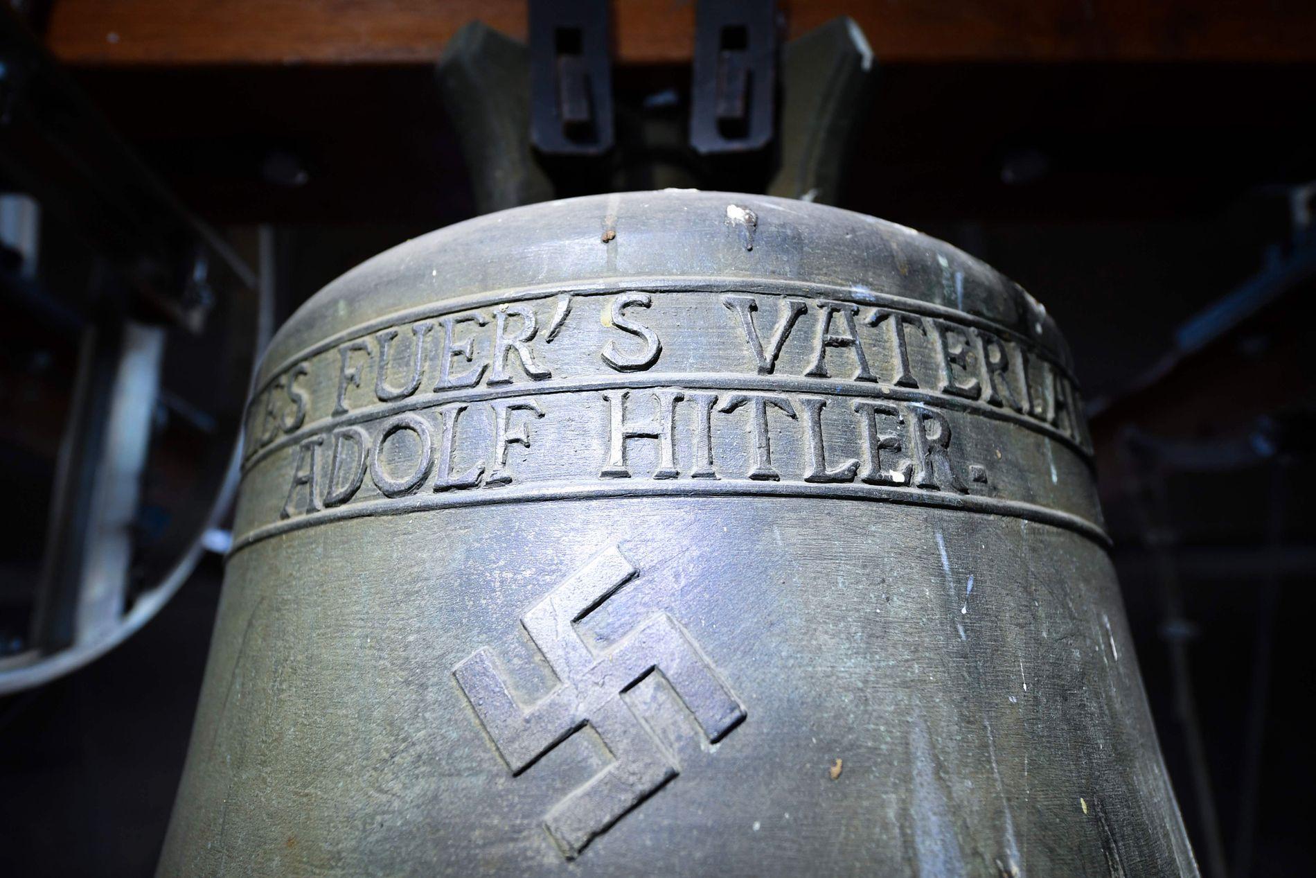 HITLER-KLOKKE: Denne nazi-klokken har skapt sterke reaksjoner i den tyske landsbyen Herxheim am Berg.