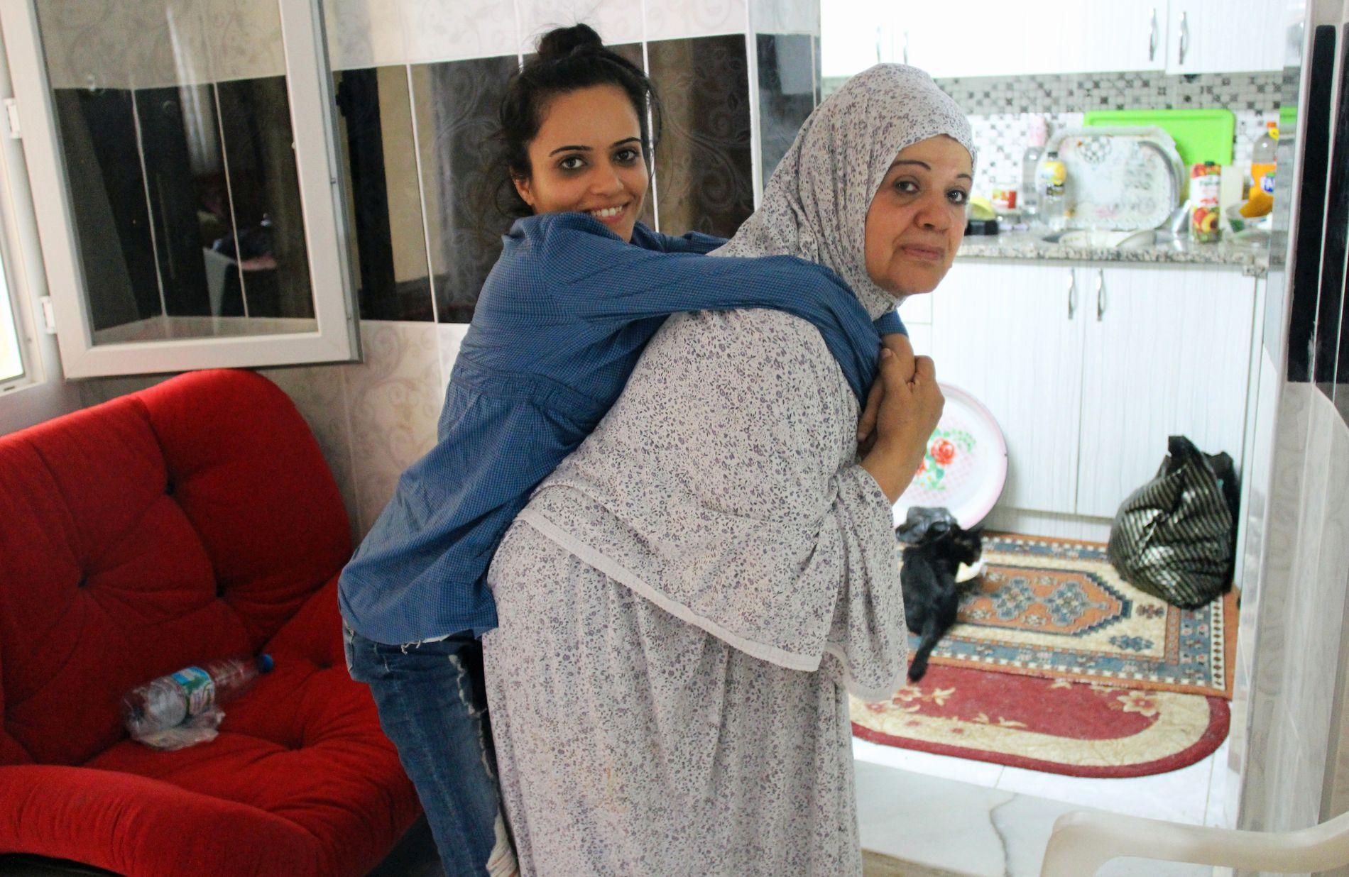 MÅ BÆRES: Moren Amal (65) forteller at hun snart er for gammel til å ta seg av Noor, og har sagt ifra til FN at datteren kan reise uten henne dersom de finner et mottagerland.