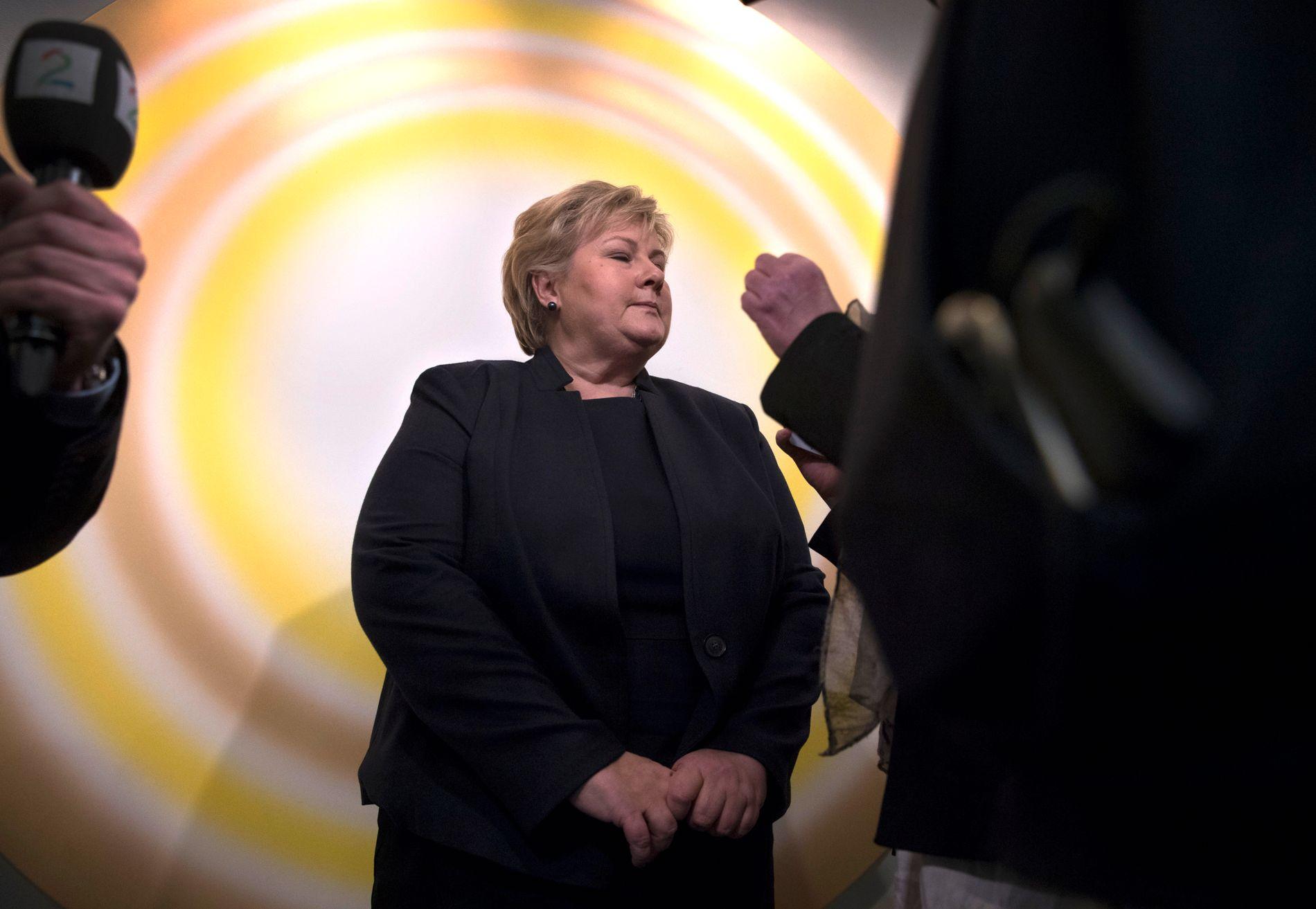 KREVDE SVAR: Statsminister Erna Solberg (H) måtte svare både kontroll- og konstitusjonskomiteen, og journalistene på gangen etter høringen.
