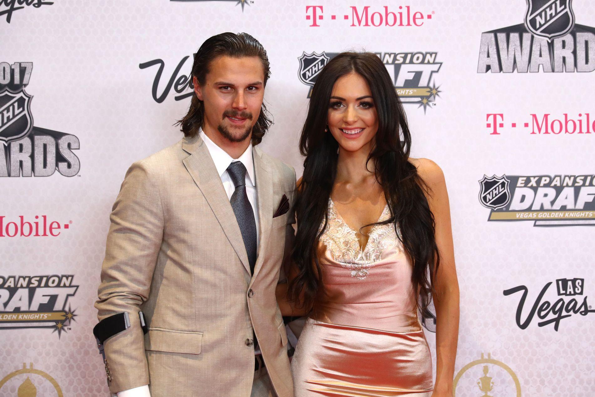 SUPERPAR: Erik Karlsson er kaptein i Ottawa Senators i Canada. Her er han sammen med sin kanadiske kone Melinda i fjor. I mars i år fikk de en dødfødt sønn.