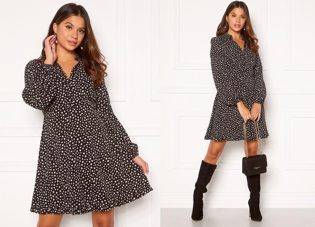 https://pin.bubbleroom.no/t/t?a=1118337868&as=1338715118&t=2&tk=1&epi=HOSTFUNN500&url=https://www.bubbleroom.no/nn/kl%C3%83%C2%A6r/dame/chiara-forthi/minikjoler/apple-shirt-frill-dress-black-beige-dotted