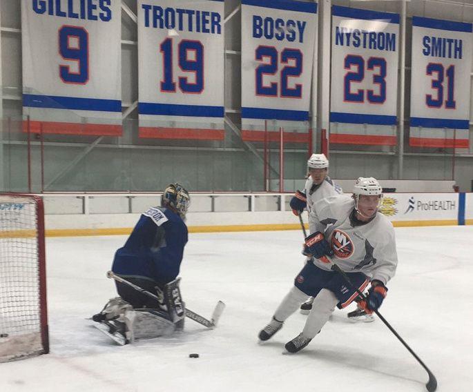 VISER SEG FREM: Ludvig Hoff (t.h), som for fire år siden spilte for Vålerengas juniorlag, er en av mange unge, lovende spillere fra hele verden på NHL-klubben  New York Islanders' såkalte Mini Camp i New York denne uken.