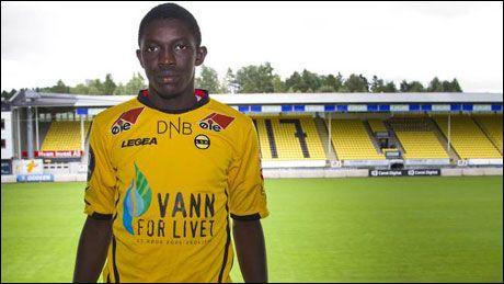 NYKOMMER: Moryke Fofana poserer på Åråsen stadion etter å ha skrevet under for Lillestrøm. Foto: Aleksander Neely / LSK.NO