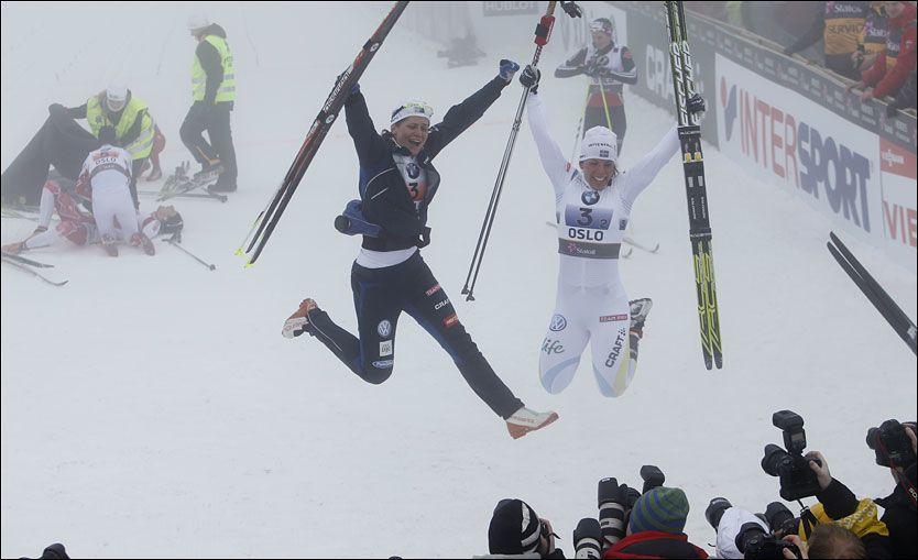 SVENSK GULLJUBEL: Charlotte Kalla og Ida Ingemarsdotter fra Sverige vant lagsprinten for kvinner i Holmenkollen onsdag. Foto: Cornelius Poppe / Scanpix