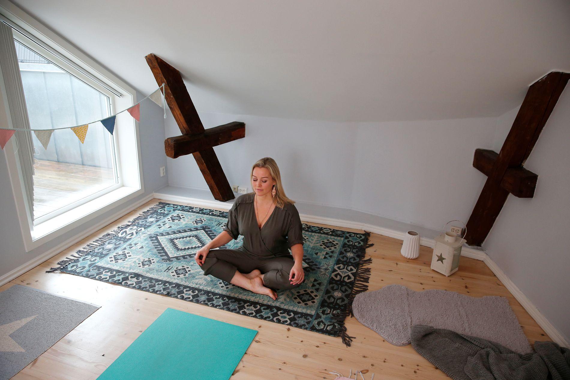 AVSLAPNING: Hanne har innredet et eget rom i leiligheten som hun bruker til yoga.