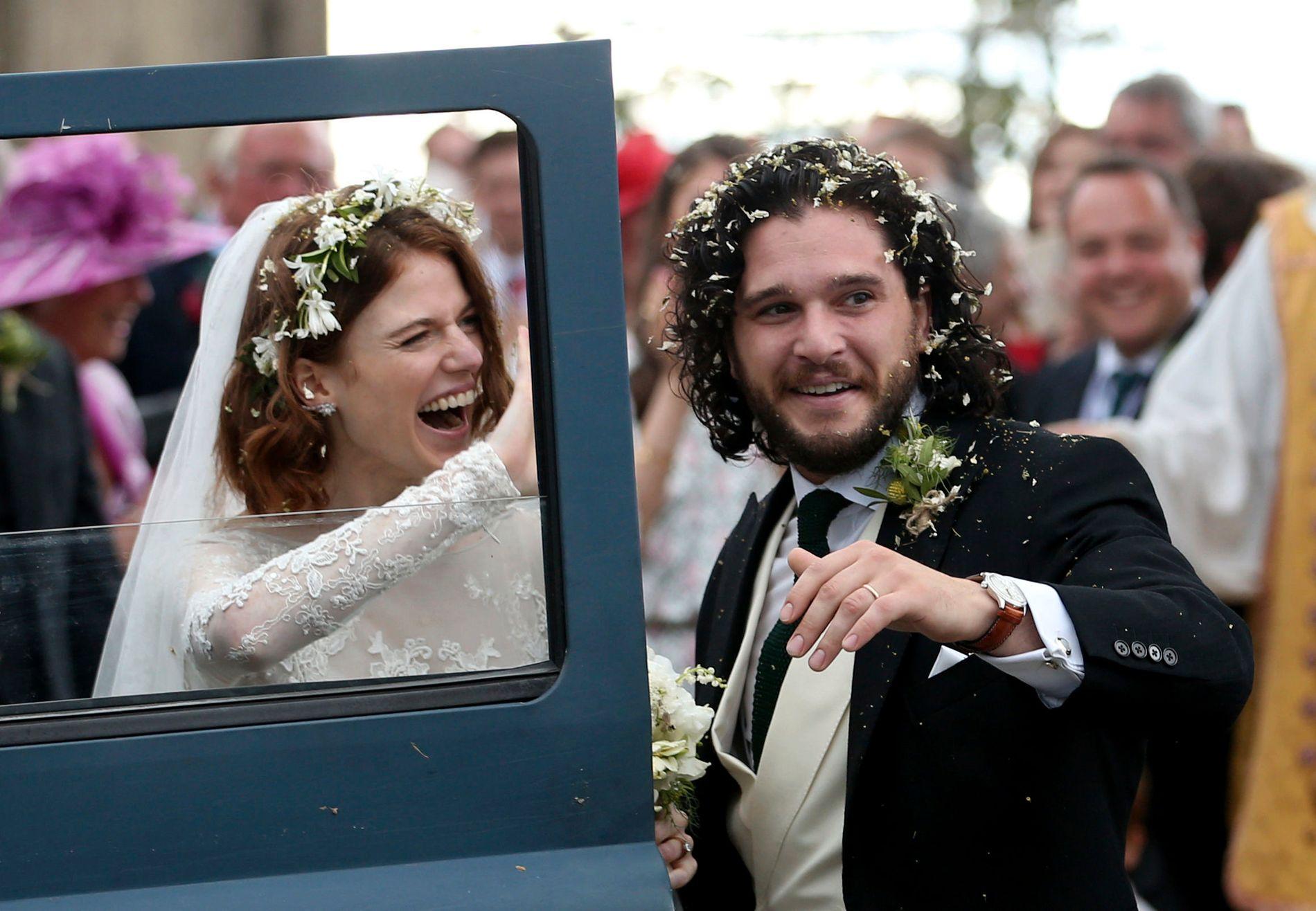 NYGIFT: Kit Harrington og Rose Leslie smilte bredt etter bryllupsseremonien i Skottland.