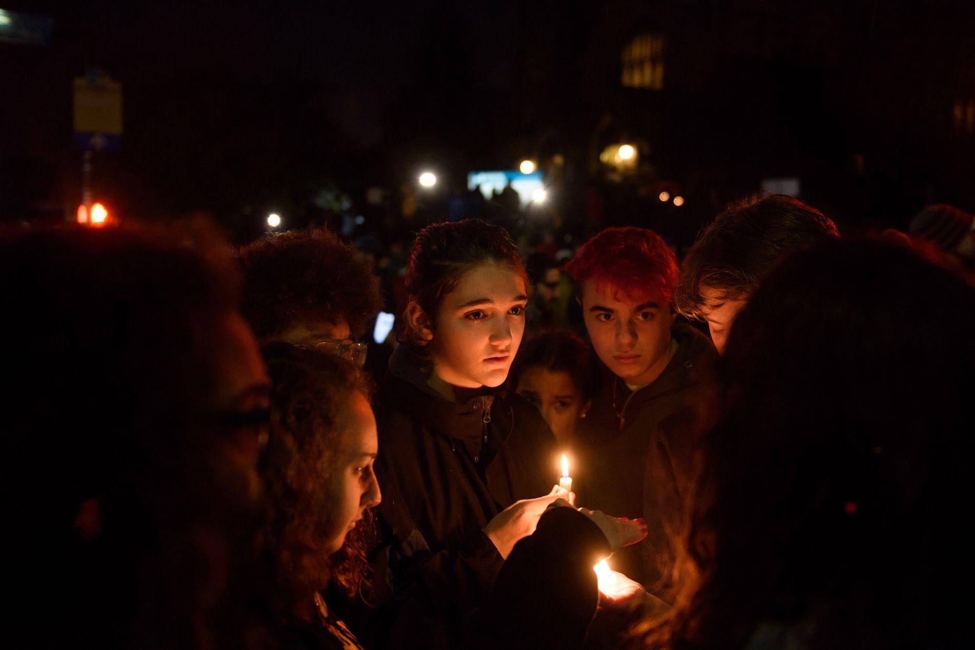 VISER STØTTE: Lørdag kveld samlet mennesker seg for å vise motstand mot angriperen og hans tankegods.