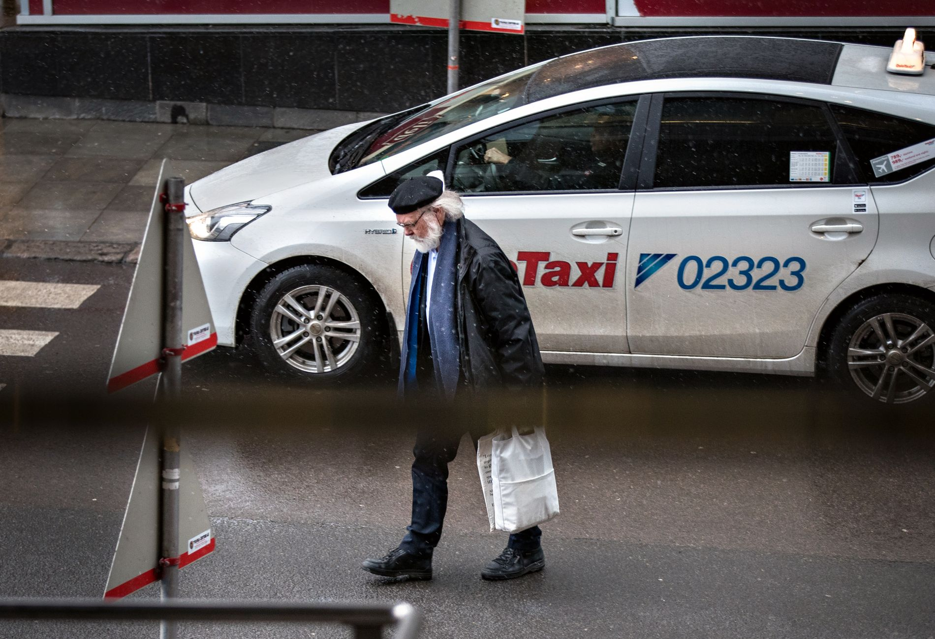FORETREKKER TAXI: Mangeårig professor ved Universitetet i Oslo, Nils Christian Stenseth er en av mange ansatte på utdanningsinstitusjonen som helst velger taxi. På bildet har han akkurat forlatt drosjen for å møte VG til intervju tidligere i år.