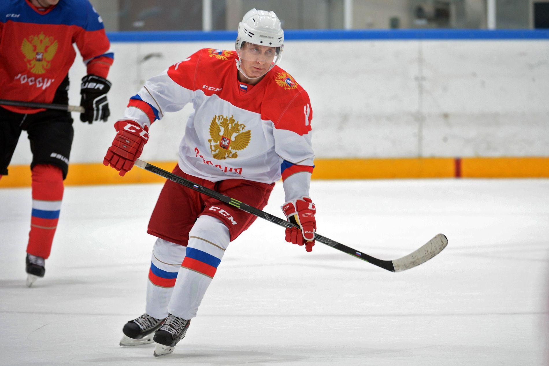 HOCKEY: Vladimir Putin spiller ishockey i fjellene overfor Sotsji i januar i år.