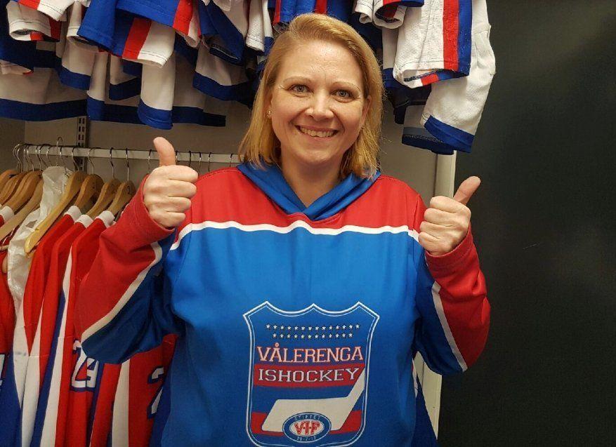 MATERIALFORVALTER-MILLIONÆR: Ellen Korstad (44) sliper skøyter og vasker spillerdraktene til Vålerengas hockeygutter døgnet rundt – uten betaling. Lørdag vant hun tre millioner i Lotto.