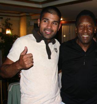 FOTBALLEGENDE: Imran Saber avbildet sammen med Pelé på en luksusrestaurant i Natal i Brasil. Bildet dukket opp i forbindelse med etterforskningen av helerisaken mot B-gjengen i 2007.